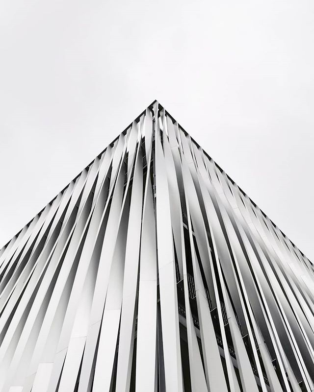 #cornerlover #corner #architecture #facade #fassade #bielefeld #metal #lookingupbuildings #goldbeck #alucobond